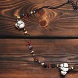 Halskette auf hölzernem Hintergrund lizenzfreies stockfoto