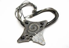 Halskette auf weißem Hintergrund Lizenzfreie Stockfotos