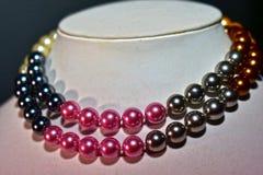 Halskette der echten Perle schön und teuer als Schmuck für Damen lizenzfreie stockbilder