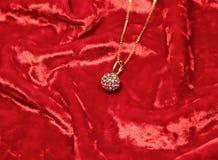 Halskette der Frau auf rotem Samthintergrund Stockbilder
