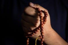 Halskette in der menschlichen Hand Stockbild