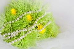 Halskette der Perlen und Blumenstrauß der Chrysanthemen Lizenzfreies Stockbild
