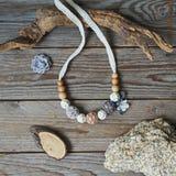 Halskette in einer böhmischen Art stockbild