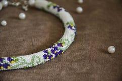 Halskette gemacht von den weißen, blauen und grünen Perlen Lizenzfreie Stockbilder
