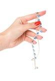 Halskette im Arm der Frauen lizenzfreie stockfotografie