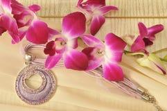 Halskette mit Blumen Stockfoto