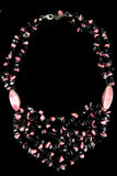 Halskette mit den rosa und schwarzen Steinen Stockbild