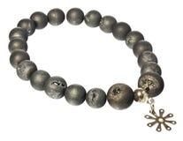 Halskette mit korallenroten Perlen und Silberstern Lizenzfreies Stockfoto