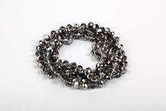 Halskette mit silbernen glänzenden Perlen Lizenzfreie Stockfotos