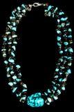 Halskette mit Türkis und schwarzen Steinen Lizenzfreies Stockfoto