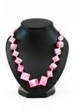 Halskette mit vielen rosafarbenen Steinen Lizenzfreie Stockfotografie