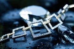 Halskette u. Felsen Stockfoto