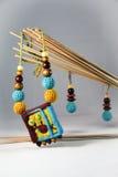 Halskette und Ohrringe hergestellt vom Filz und von den Holzperlen in ethnischem St. Stockbild