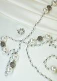 Halskette von den Perlen auf Seide stockbild