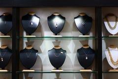 Halsketten-kaufende Optionen in einem Ausstellungsraum Lizenzfreies Stockfoto