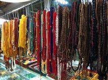Halsketten von farbigen Perlen stockfotografie