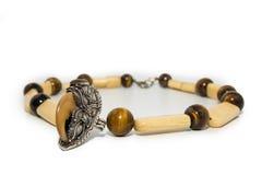 Halskettentigeraugeedelstein und -Tafelsilber lizenzfreies stockfoto