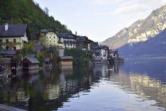 Halstat村庄在奥地利和湖 库存图片