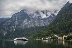 Halstatt,奥地利在有雾的喜怒无常的夏日 库存照片