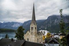 Halstatt, Áustria no dia de verão temperamental nevoento fotografia de stock