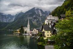 Halstatt, Áustria no dia de verão temperamental nevoento imagem de stock