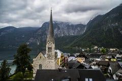 Halstatt, Áustria no dia de verão temperamental nevoento fotos de stock