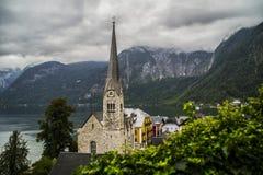Halstatt, Áustria no dia de verão temperamental nevoento foto de stock royalty free