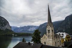 Halstatt, Áustria no dia de verão temperamental nevoento fotografia de stock royalty free