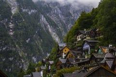 Halstatt, Áustria no dia de verão temperamental nevoento foto de stock