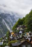 Halstatt, Áustria no dia de verão temperamental nevoento fotos de stock royalty free