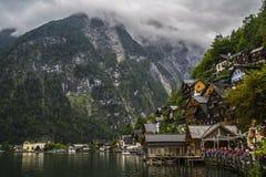 Halstatt, Áustria no dia de verão temperamental nevoento imagens de stock