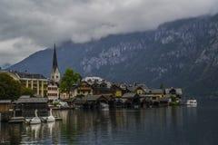 Halstatt, Áustria no dia de verão temperamental nevoento imagem de stock royalty free