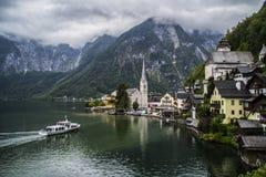 Halstatt, Autriche le jour déprimé brumeux d'été photo stock