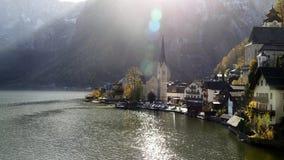 Halstatt-Stadt durch See Halstatt in der Herbstsonne Stockfotos