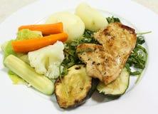 Halstrad höna med grönsaker Fotografering för Bildbyråer