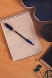 Haltère, carnet avec la casserole et smartphone Photos libres de droits