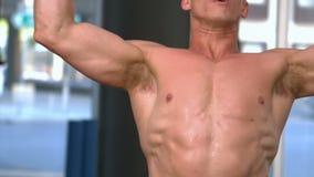 Haltère de levage d'homme musculaire convenable clips vidéos