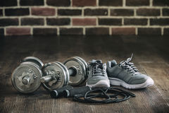 Haltère sautante de corde d'espadrilles d'article de sport pour la forme physique Photo stock