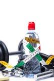Haltères avec la bande, le bloc-notes et la bouteille de mesure de l'eau sur le blanc Photo libre de droits