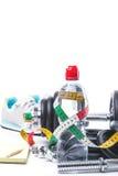 Haltères avec la bande, les espadrilles, le bloc-notes et la bouteille de mesure de l'eau sur le blanc Images stock