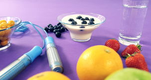 Haltères, banane, verre d'eau, fruit, corde à sauter et petit déjeuner banque de vidéos
