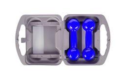Haltères bleues dans une caisse grise Image stock