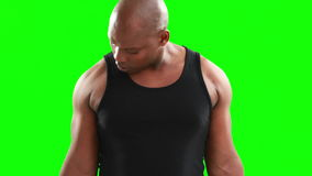 Haltères de levage d'homme musculaire sérieux banque de vidéos