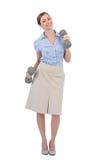 Haltères de levage de femme d'affaires heureuse regardant l'appareil-photo Photographie stock
