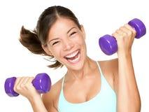 Haltères de levage de femme heureux de forme physique Photographie stock libre de droits