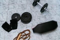 Haltères, disques de poids, gants et accessoires pour le sport, forme physique photos libres de droits