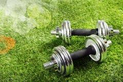 Haltères en métal sur l'herbe verte Photographie stock