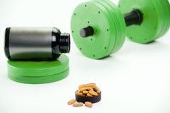 Haltères et suppléments nutritionnels pour le bodybuilding Images stock