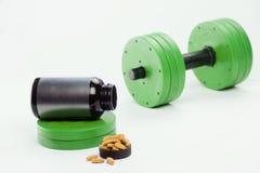 Haltères et suppléments nutritionnels pour le bodybuilding Image libre de droits