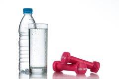 Haltères et une bouteille de tir de studio d'eau douce image stock